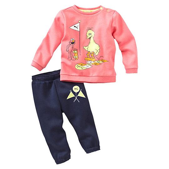 Костюм Sesame Street JoggerОдежда<br>Спортивный костюм Sesame Jogger<br>Играть станет еще интереснее в костюме для бега из двух вещей от PUMA и «Улицы Сезам».<br><br>Коллекция: Осень-зима 2016<br>Состав: 66% хлопок, 34% полиэстер<br>Пуговицы по левой стороне воротника<br>Эластичная рельефная отделка для лучшей посадки по фигуре<br>Страна-производитель: Бангладеш<br><br><br>size RU: 68<br>gender: Unisex